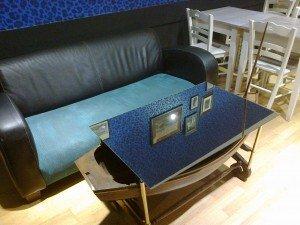 une table originale avec un bateau en dessous, dommage que le dessus de table soit un miroir et non une vitre pour pouvoir l'admirer pleinement