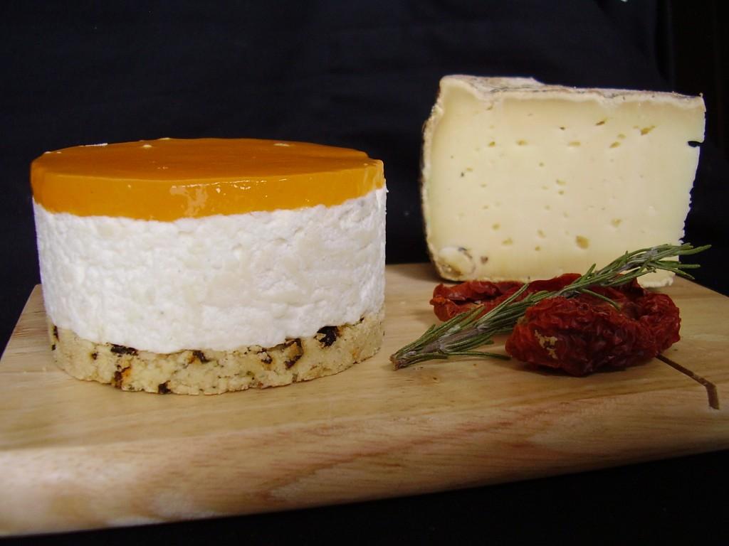 Le cheesecake à base de crème et de gélatine avec le miroir à l'abricot