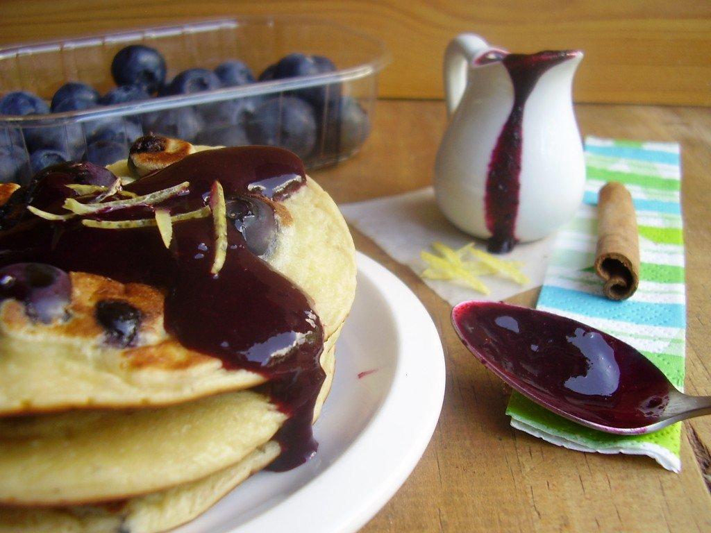 Pancakes aux myrtilles nappés de coulis de myrtilles