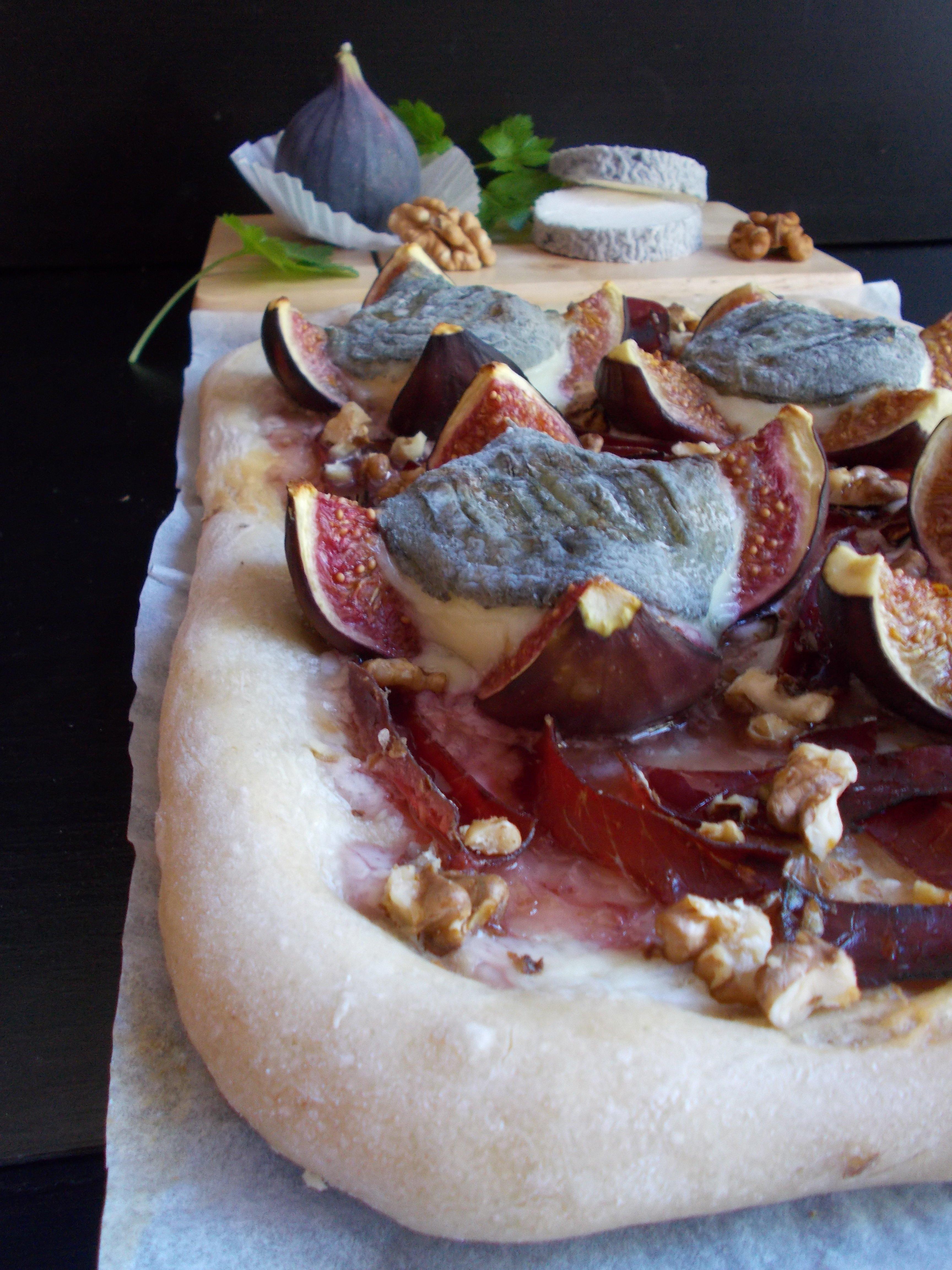 Pizza figue, chèvre cendré et viande des grisons