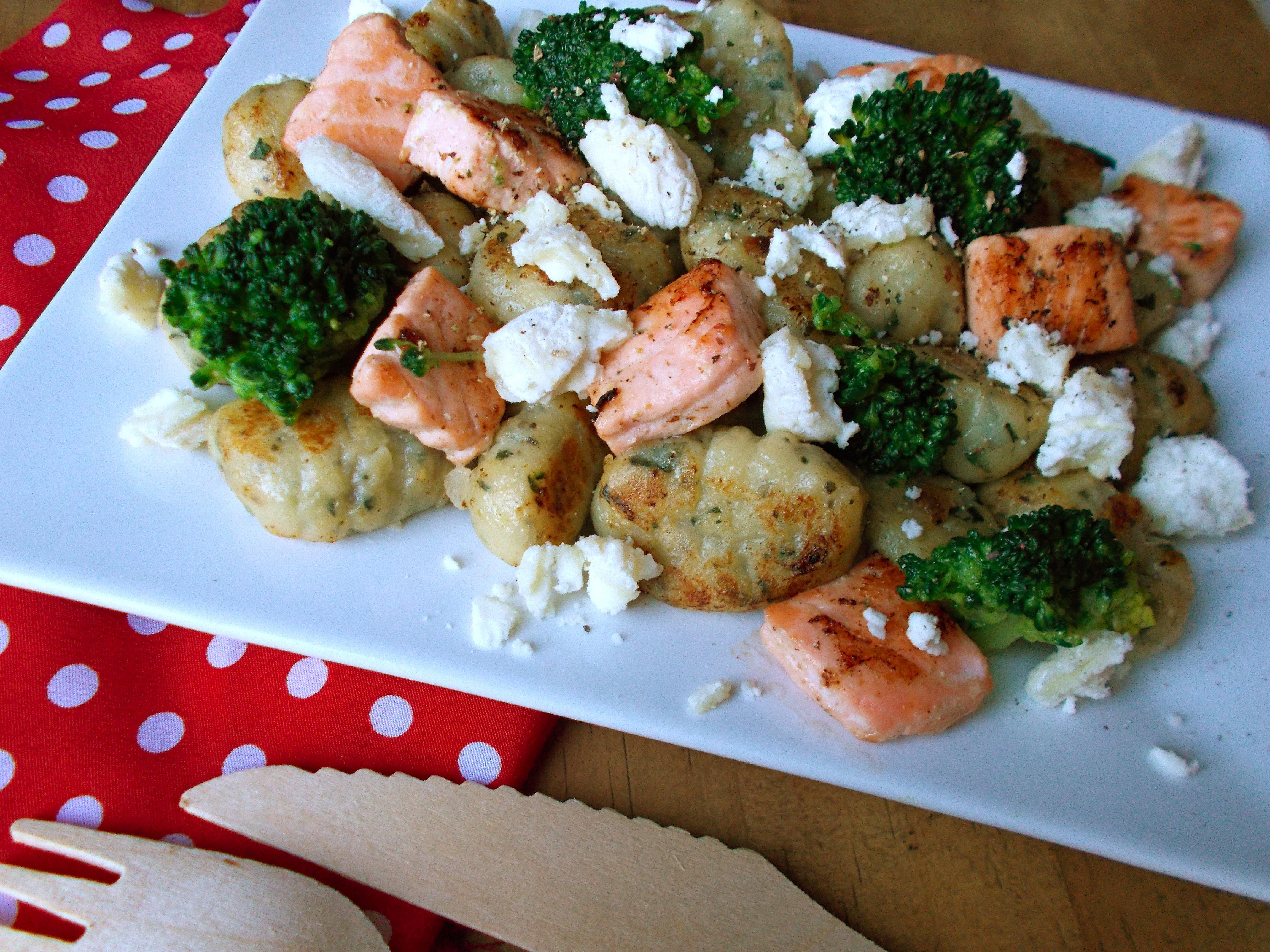 Gnocchi poêlés au saumon, brocolis et chèvre