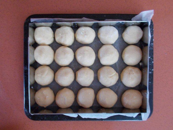 Placez toutes les boules dans un plat rectangulaire en les espaçant (pour qu'elles puissent gonfler).