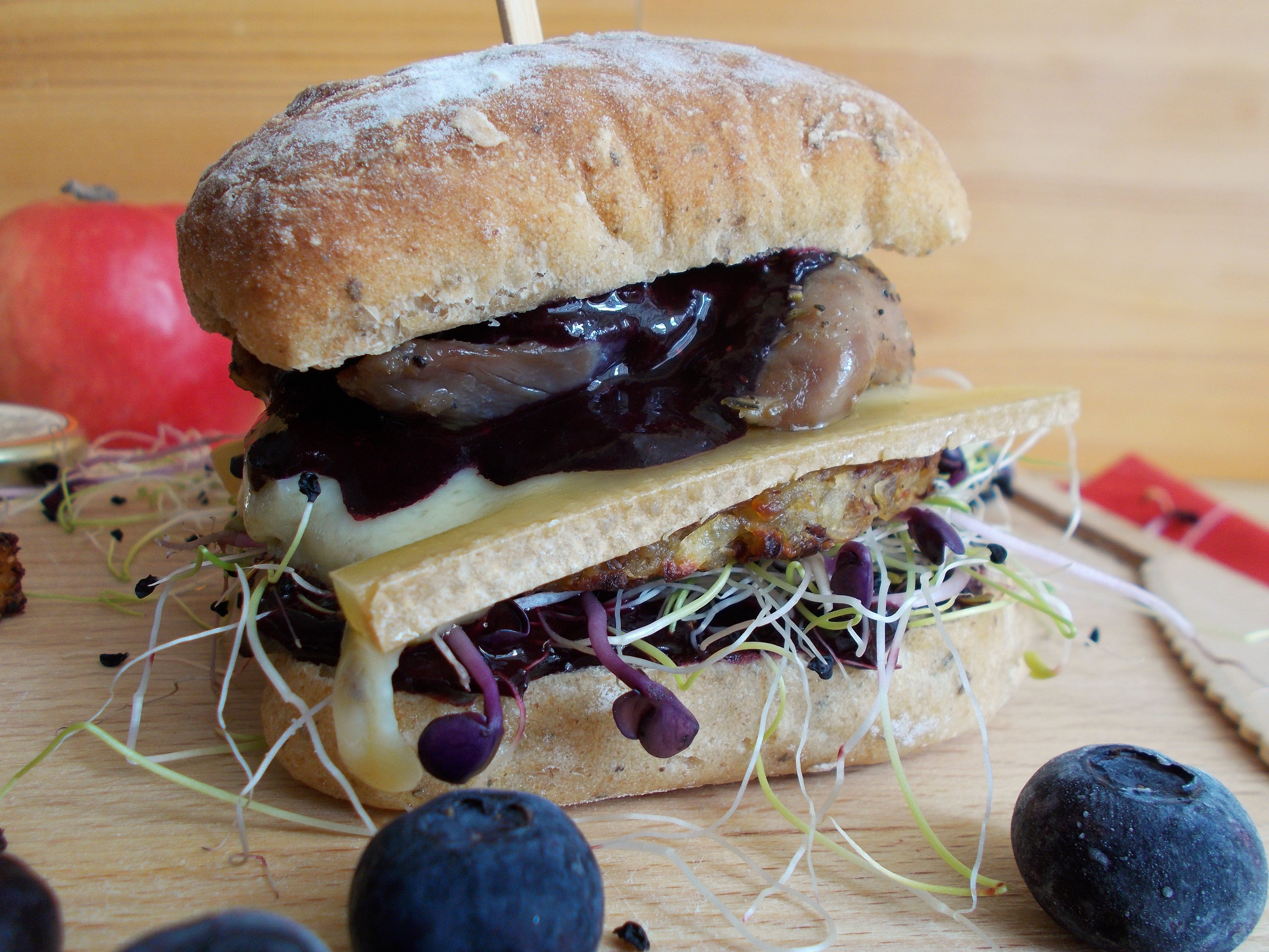Burger montagnard : rösti, myrtille, Abondance et confit de canard
