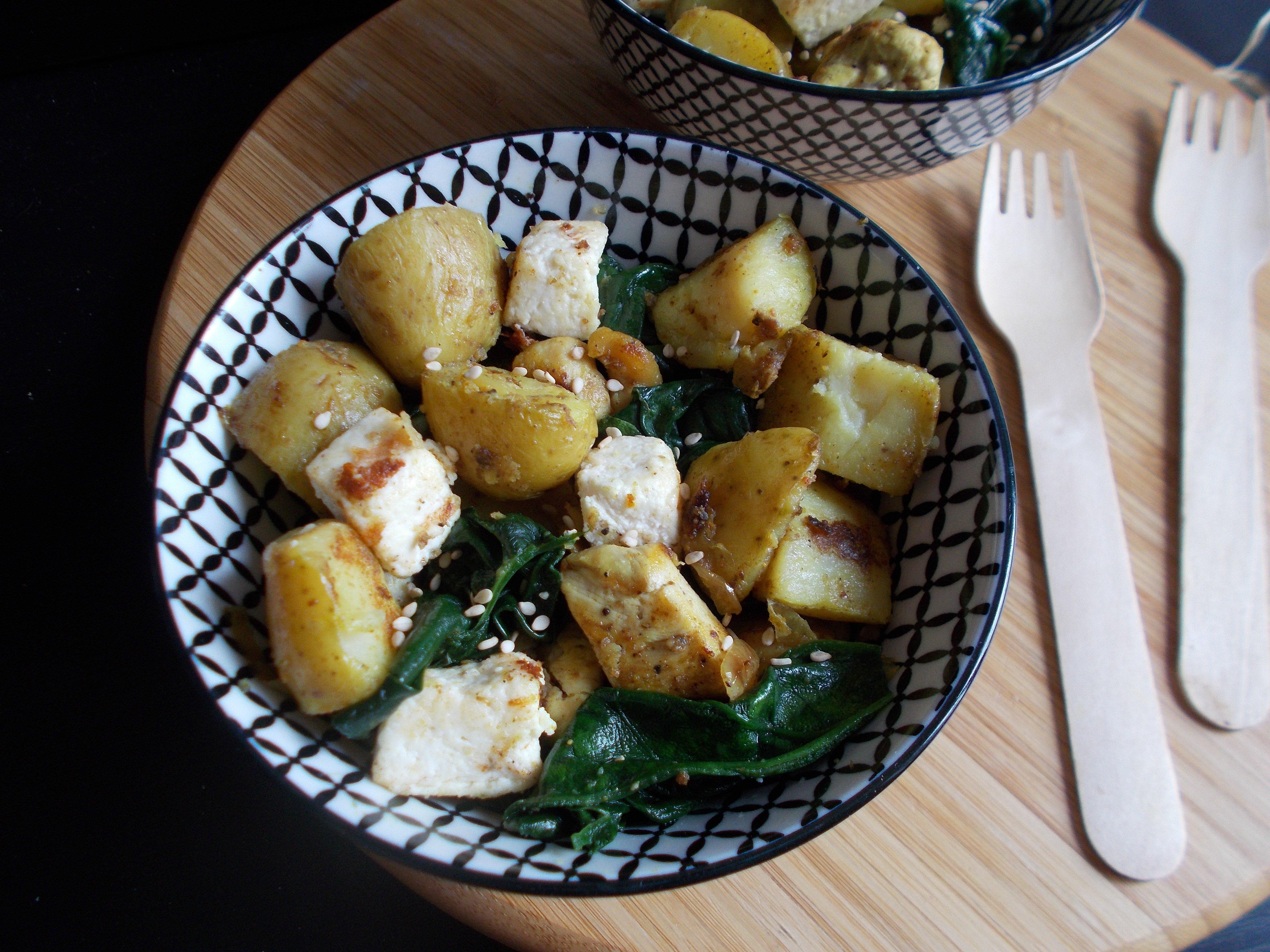 Pommes de terre sautées au curry, poulet, épinard et paneer