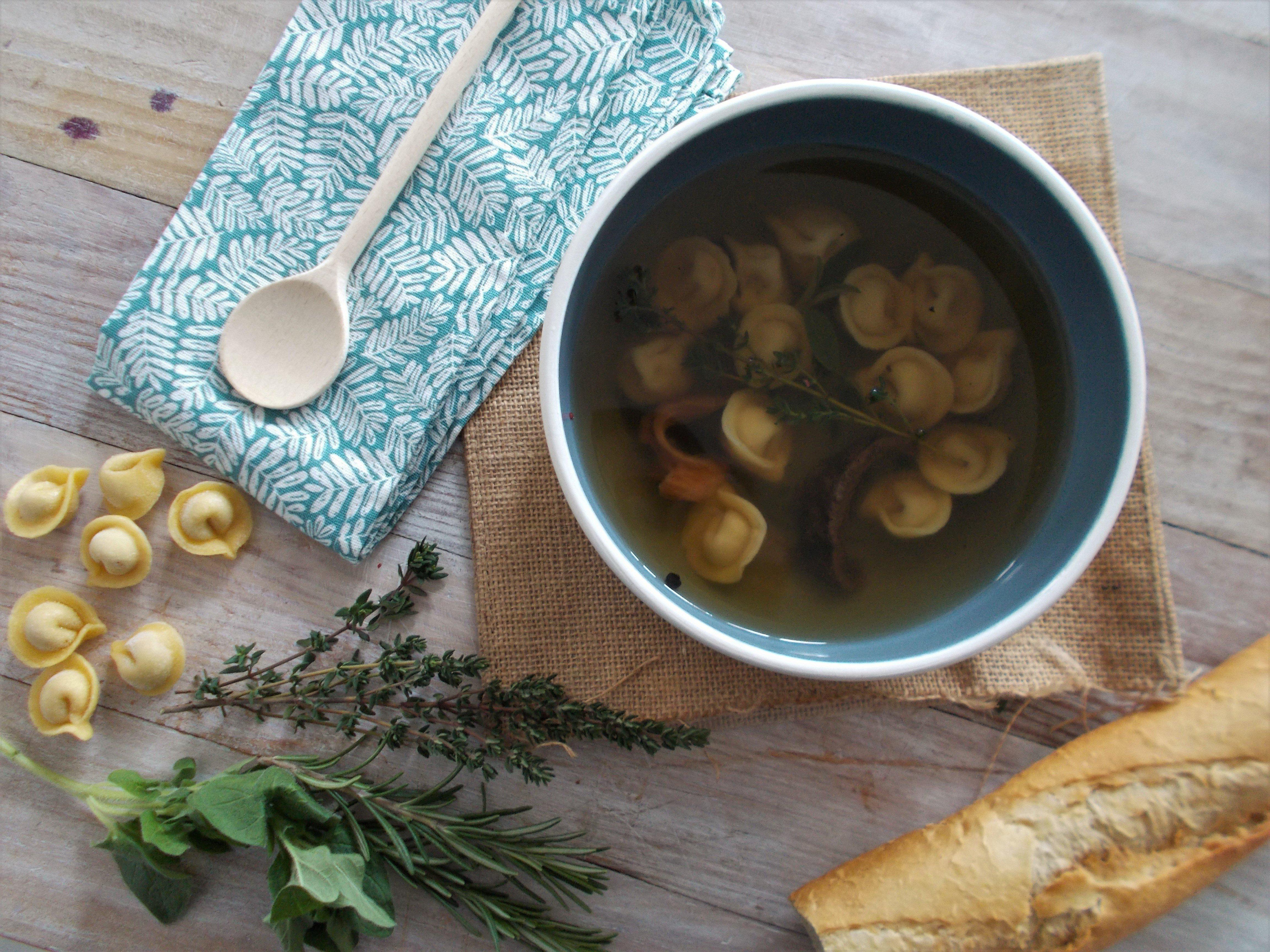 Bouillon aux herbes et ravioles aux champignons - Toque de ...