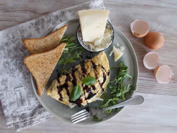 Omelette aux haricots verts, basilic et parmesan