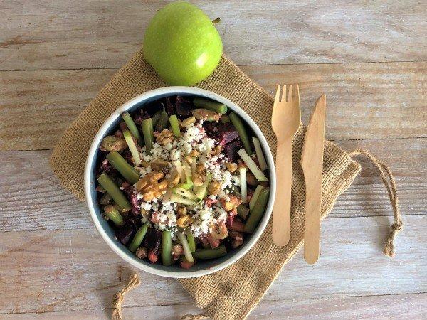 Salade de betterave, aux pommes, noix, avocat et feta