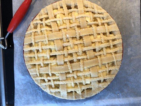 Déposez le couvercle/votre décoration sur les pommes. Pincez les bords des deux pâtes ensemble avec vos doigts, puis coupez l'excédent de pâte qui déborde du moule. Dorez la surface à l'oeuf battu.