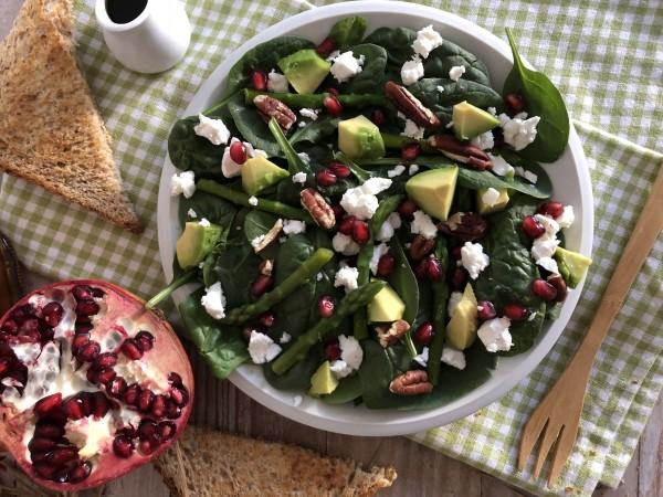 Salade d'asperge à la grenade, chèvre frais et noix de pécan