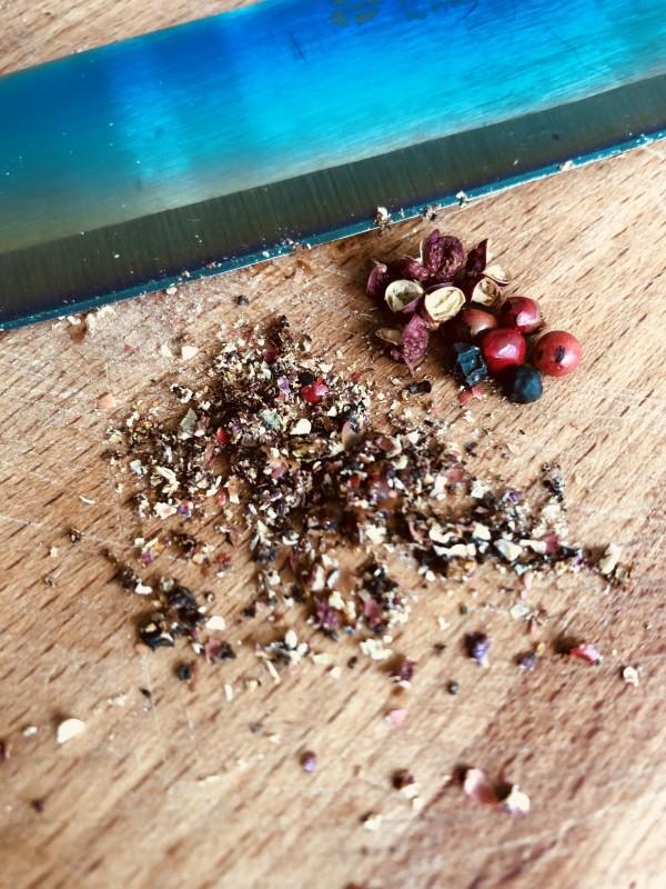 Moulez (du verbe moudre!) les épices dans un mortier ou au couteau (ou dans un moulin à poivre) jusqu'à les réduire en poudre.