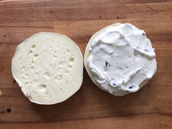 Coupez le fromage en deux, puis tartinez le avec la préparation au mascarpone.