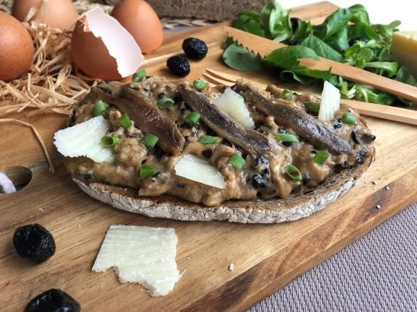 Oeufs brouillés aux olives noires, anchois et parmesan