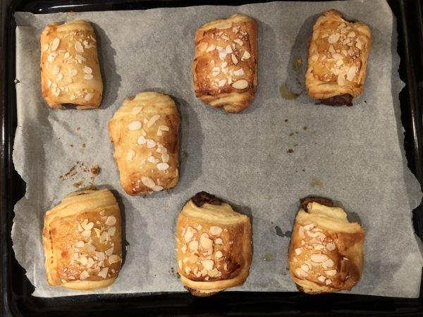 Enfournez pour 15 min environ. Les pains au chocolat doivent encore se développer et prendre une belle teinte brune.