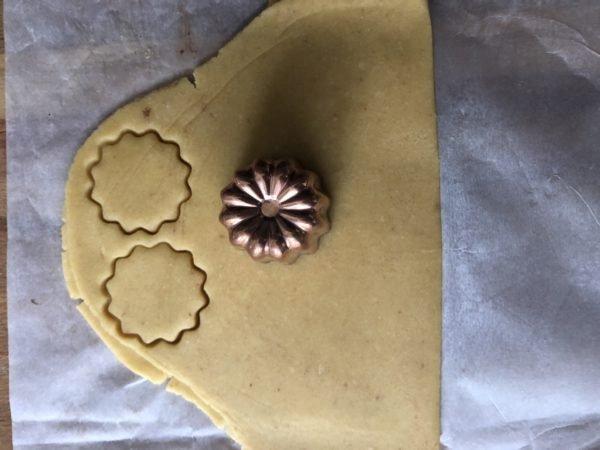 Détaillez des empreintes de la forme de la base de vos moules à cannelé (je prends un moule en silicone pour mouler la mousse, mais j'ai un petit moule à cannelé métallique de la même forme en plus). Vous pouvez regrouper les chutes de pâte et les étalez à nouveau pour redécoupez de nouveaux biscuits.