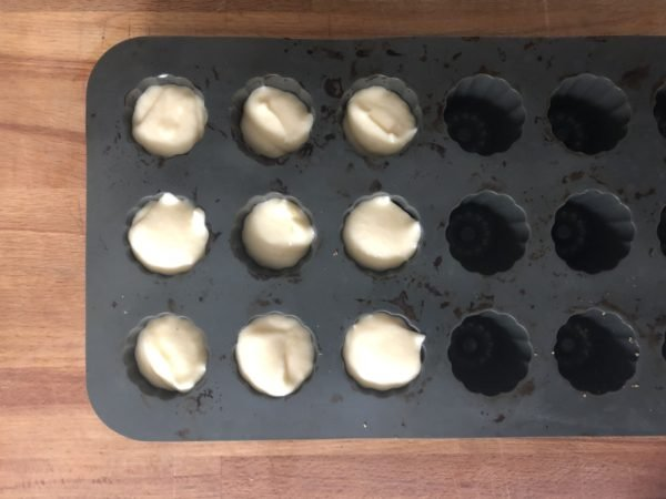 Remplissez les empreintes à cannelé au 3/4 avec la mousse à la fleur d'oranger.