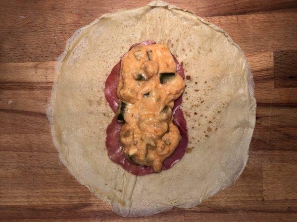 Au centre d'une crêpe, déposez 2 tranches de bresaola. Versez une belle quantité de sauce à la ratatouille par dessus.