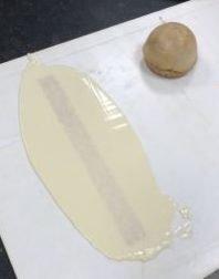 Faites fondre le chocolat puis versez en une partie sur ces bandes. A l'aide d'une spatule longue, étalez le chocolat sur toute la longueur de la bande. Laissez figer 3-5 min (selon la température ambiante chez vous). Le chocolat ne doit pas être totalement dur.