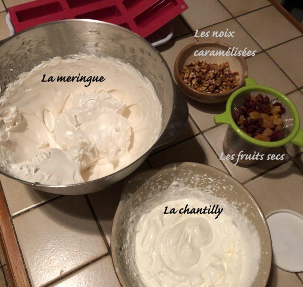 Montez la crème en chantilly puis incorporez la délicatement à la meringue.