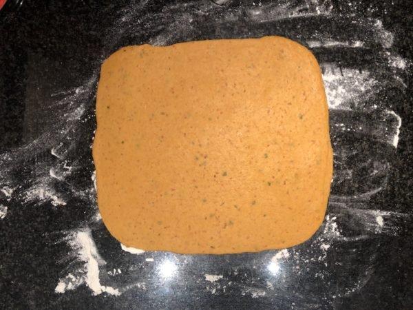Etalez la pâte très finement (maximum 2 mm, la mienne était trop épaisse par endroit et certains crackers manquaient de croquant-friable) en un grand rectangle. Vous pouvez utilisez un laminoir à pâte pour vous faciliter la vie.