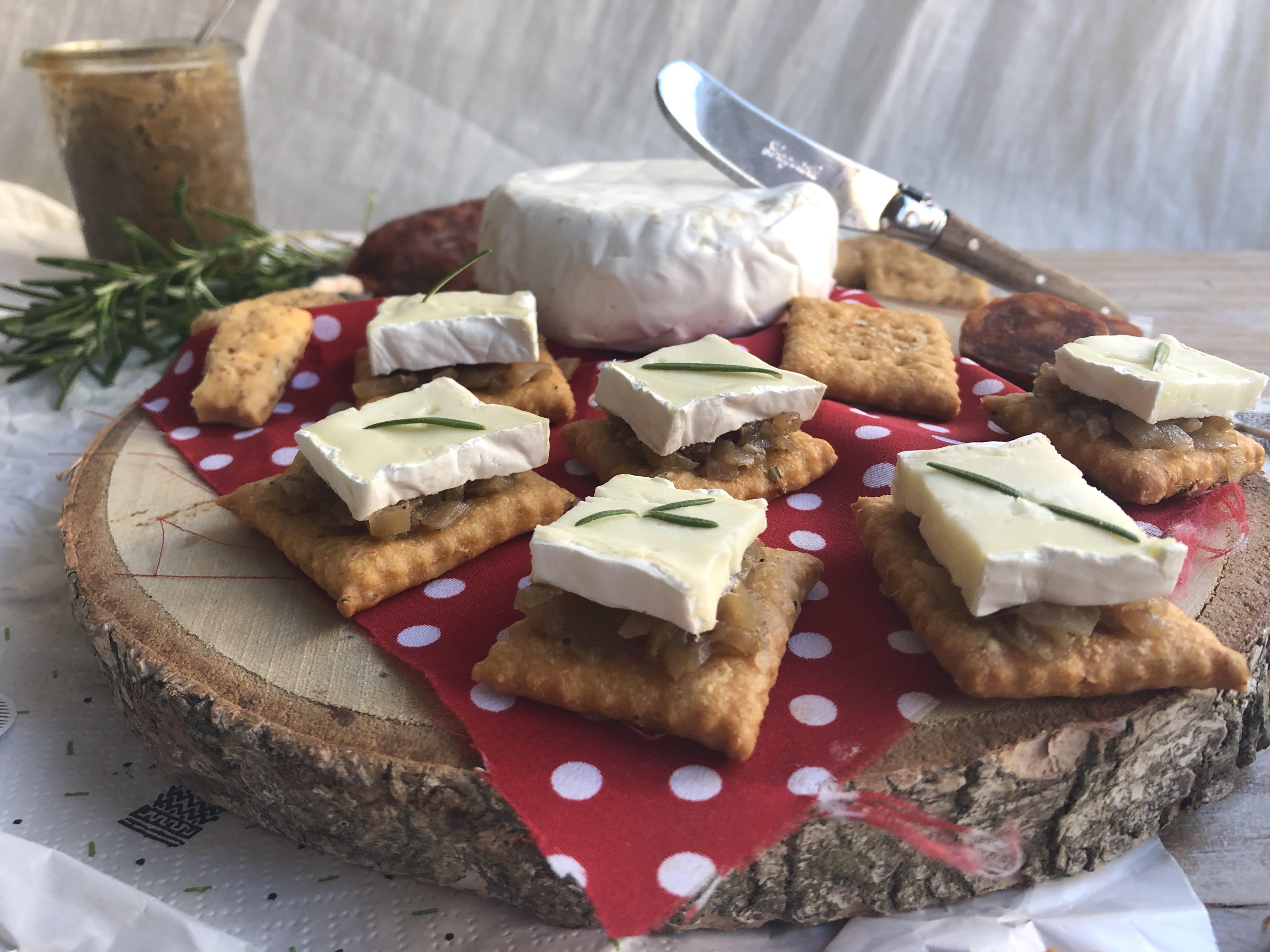 Toast au camembert, confit d'oignons et crackers au chorizo