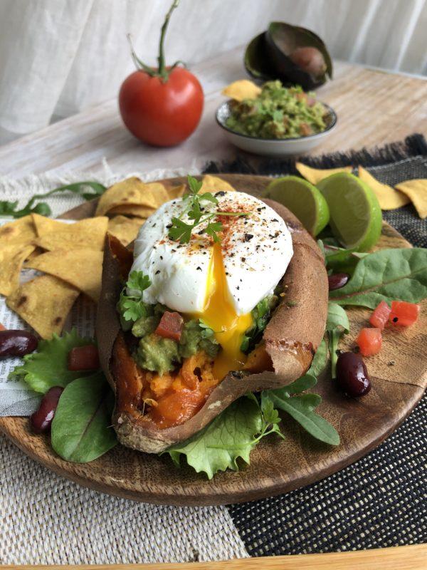 Patate douce rôtie, farcie au guacamole et oeuf poché