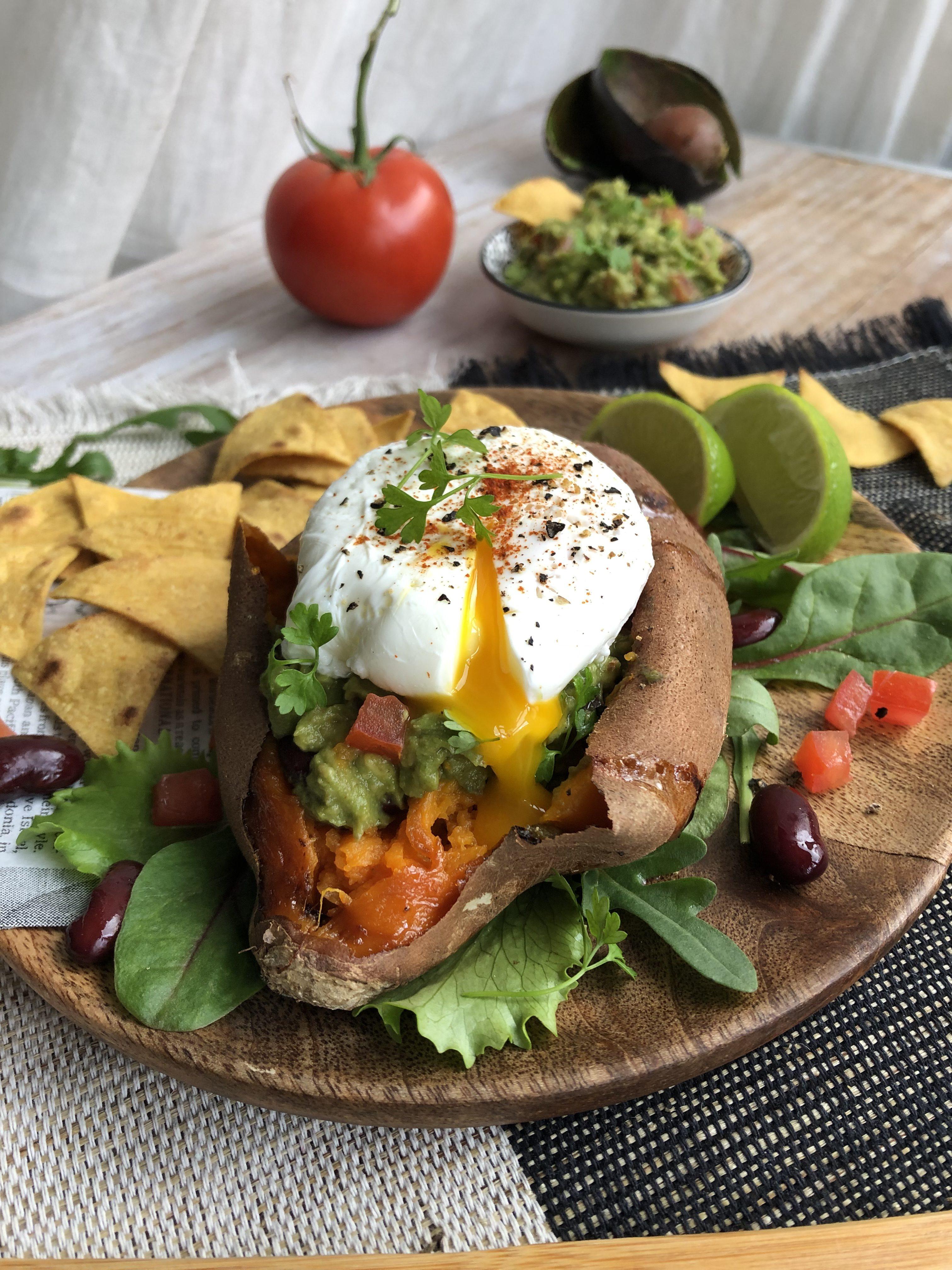 Patate douce rôtie, farcie au guacamole et oeuf poché [brunch]