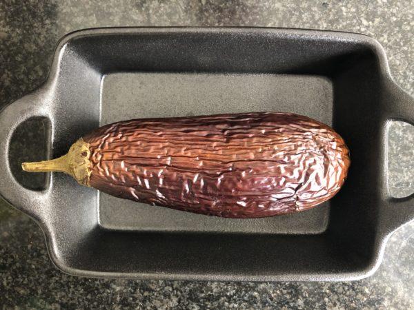 Enfournez pour 20 min. La chair doit se fripper et l'aubergine devenir molle. 5 min avant la fin de la cuisson, ajoutez les noix de cajou dans le plat à four.