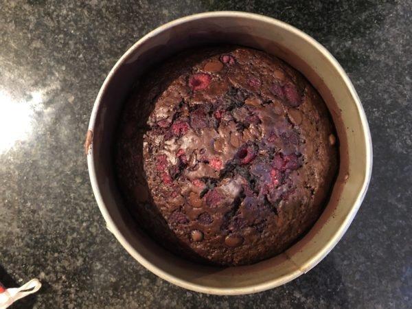 Enfournez pour 40 min environ. La pointe d'un couteau ou d'une pique doit ressortir sèche du gâteau.