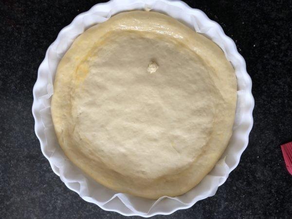 Etalez la pâte à brioche de manière à ce qu'elle fonce un moule à tarte de 26 cm de diamètre.