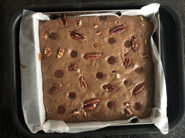 Enfournez pour 20 min. Une légère croûte doit  se former à la surface du brownie et il ne doit pas être tremblotant (ou tout juste).