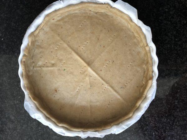 Etalez la pâte de manière à foncer un moule de 26 cm de diamètre. Piquez le fond de pâte à l'aide d'une fourchette.