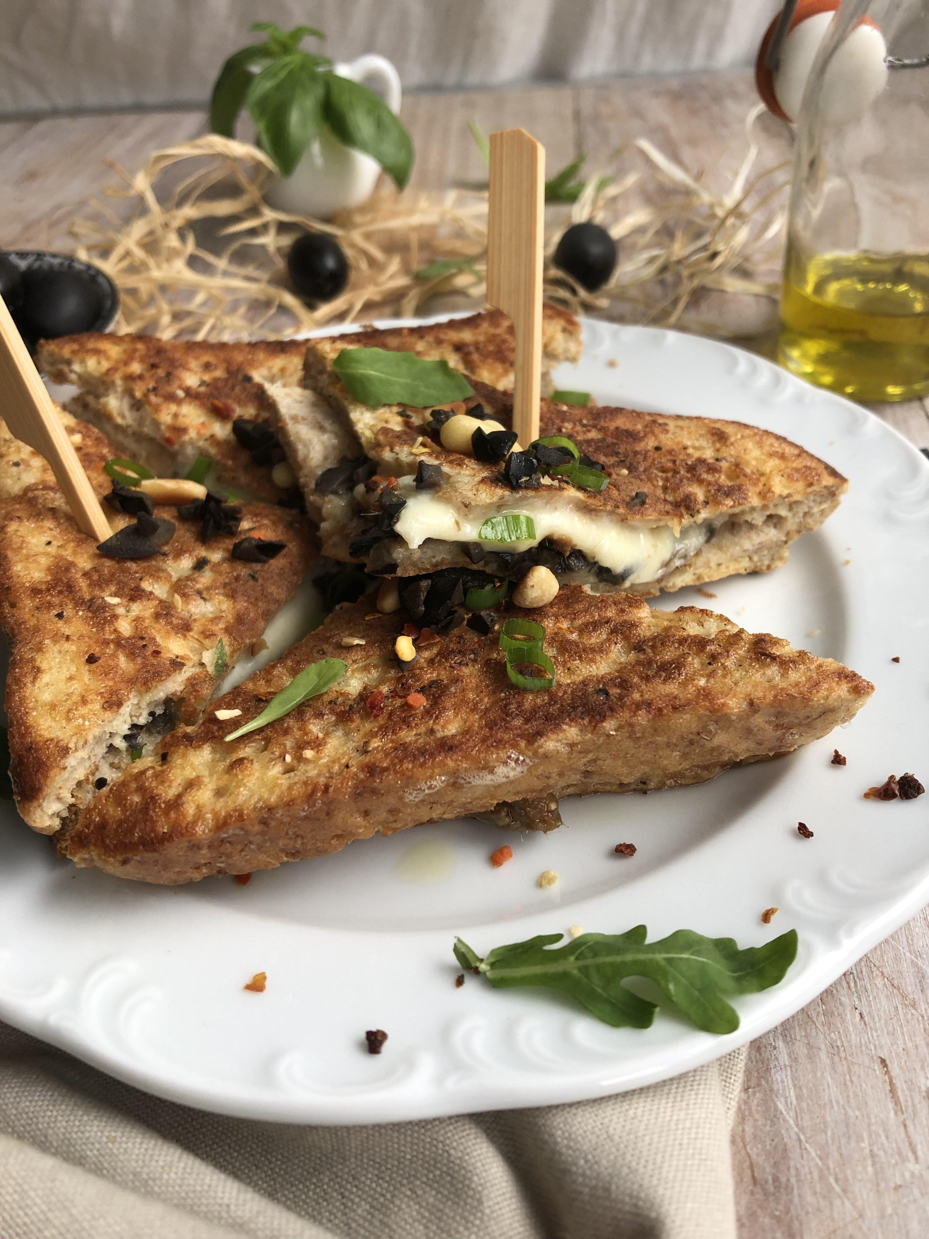 Croque mozzarella, anchois et olives