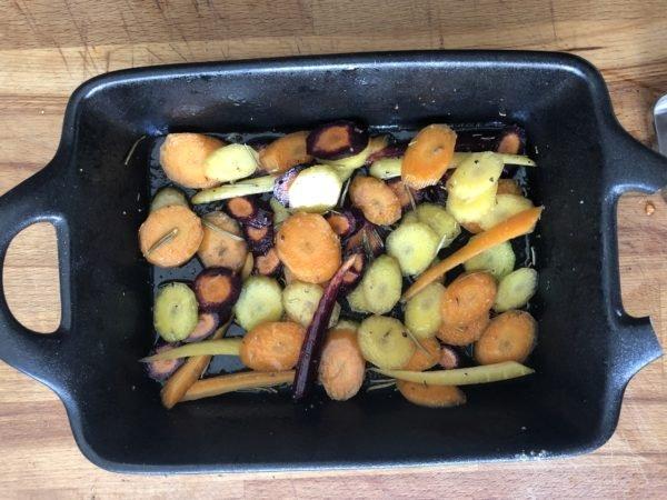 Déposez dans un plat à four et arrosez les avec l'huile d'olive, le miel et l'ail semoule. Ajoutez les brins de romarin, poivrez légèrement et mélangez bien pour enrober toutes les rondelles.