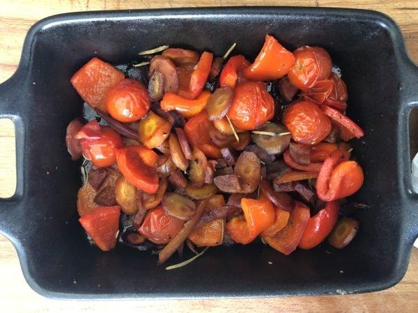 Au bout des 20 min, ajoutez les tomates cerises, le poivron coupé en gros morceaux et les morceaux de chorizo. Mélangez de nouveau et remettez au four pour 20 min.