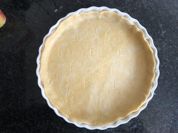 Etalez la pâte à tarte de manière à foncer un moule de 28 cm de diamètre. Piquez le fond de pâte.