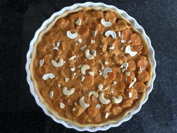 Versez la garniture poulet-carotte au lait de coco sur le fond de tarte.