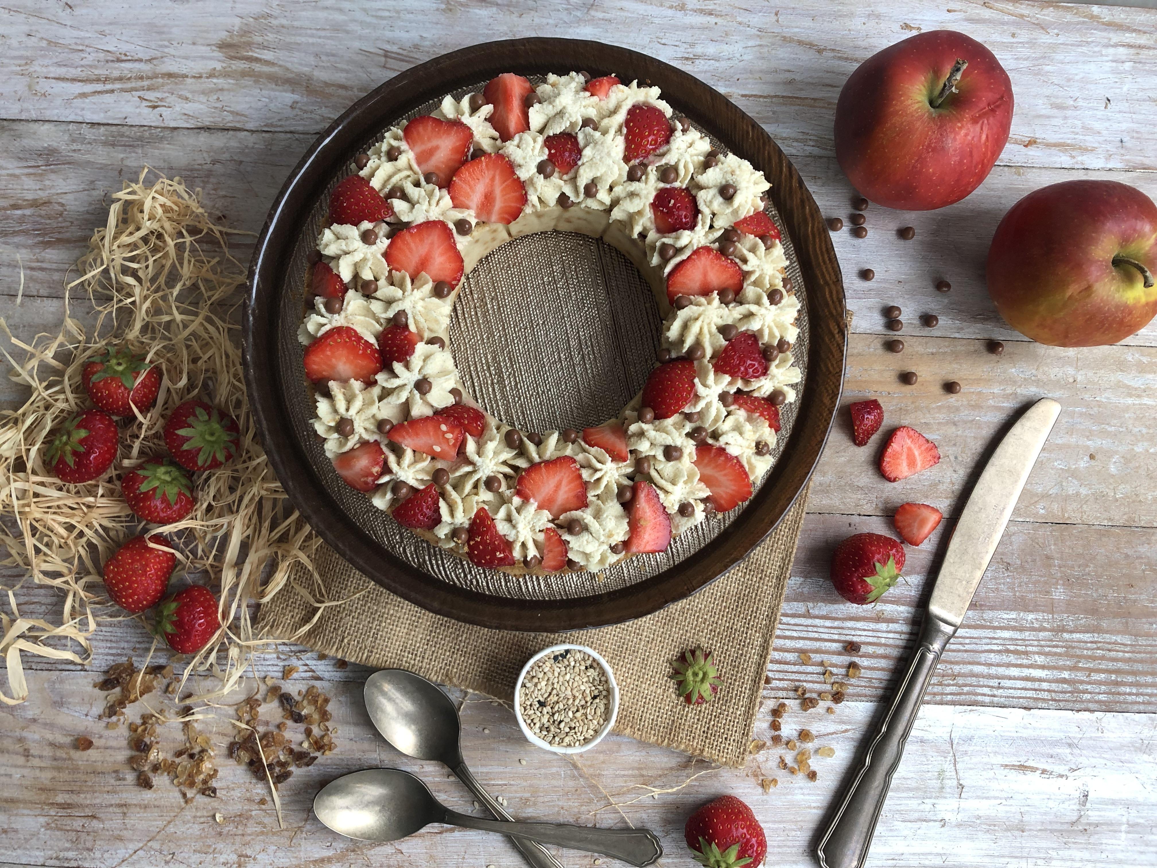 Couronne aux pommes, fraises et sésame