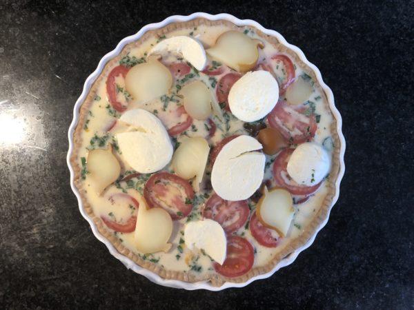 Sur le dessus répartissez la mozzarella et la scamorza.