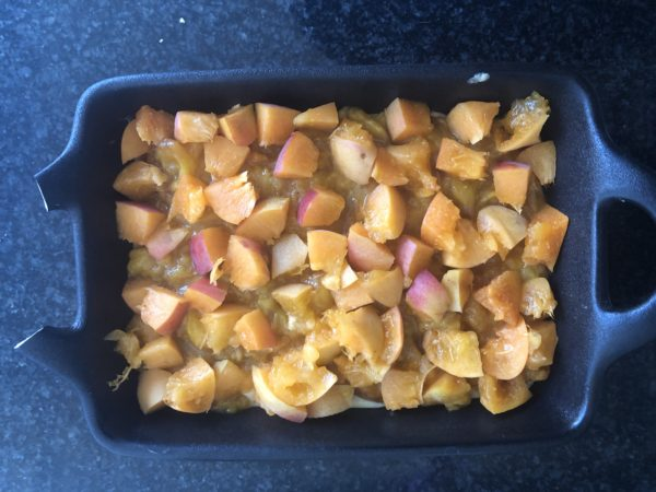 Versez la pâte dans un moule rond de 18 cm de diamètre. Puis répartissez la compotée de fruits à sa surface. Ainsi que les abricots coupés en petits morceaux.