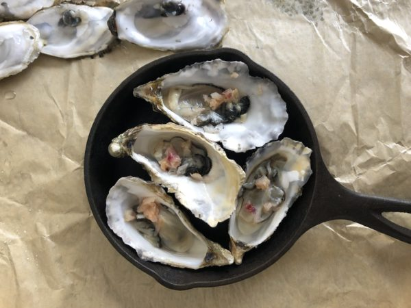 Quand elle est rousse, retirez-la de la casserole et répartissez-la sur les huîtres.