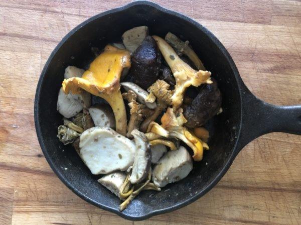 Faites revenir les champignons à feu moyen-vif dans une poêle passant au four, avec l'ail, le persil et le beurre.