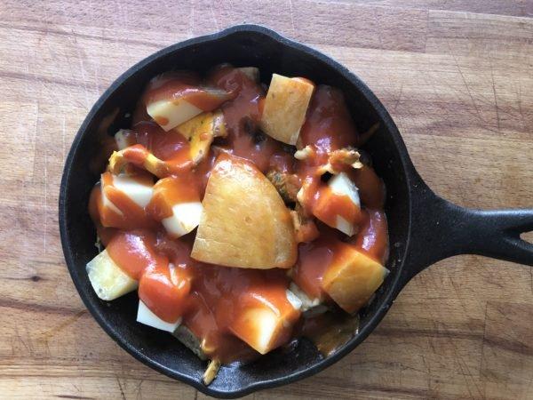 Quand ils commencent à devenir tendres, retirez les du feu. Nappez avec de la sauce tomate, poivrez un peu et recouvrez de tranches de scamorza.