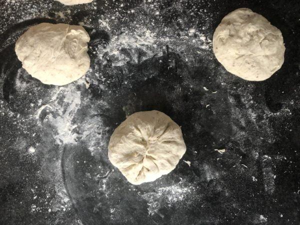 Déposez les buns, soudure sur le dessous, sur une feuille de papier sulfurisé.