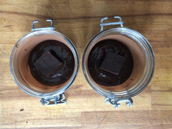 Garnissez un peu le fond du moule de préparation puis déposez 1 coeur de ganache (environ 15g). Recouvrez avec le reste de préparation au chocolat.