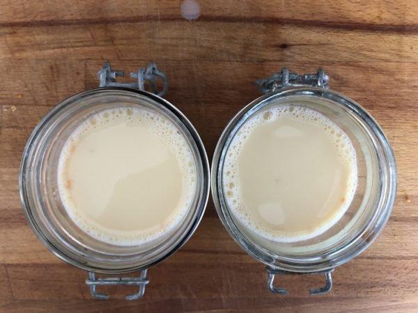 Répartissez ensuite la préparation aux oeufs dans ces 4 ramequins, par dessus le caramel.