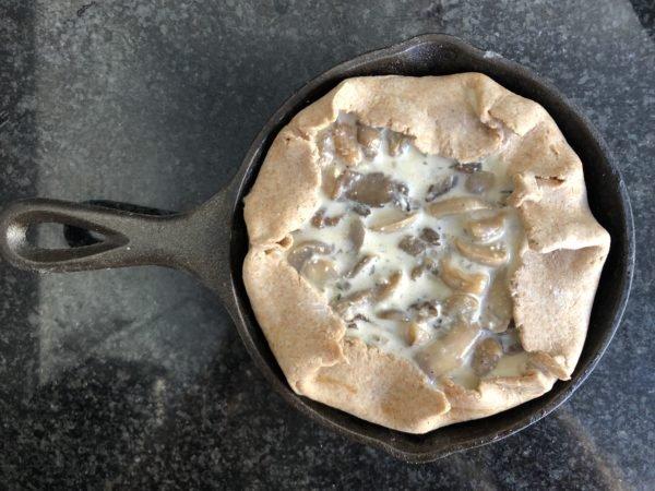 Versez l'appareil sur le fond de pâte. Rabattez éventuellement les bords qui dépassent sur la garniture et enfournez pour 40 min.