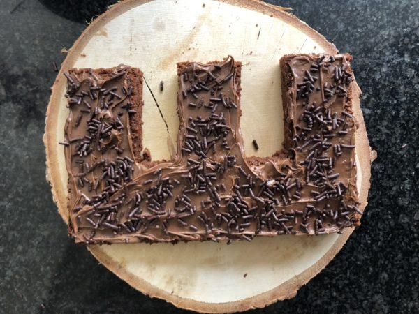Tartinez la moitié de nutella et suapoudrez éventuellement de vermicelles de chocolat ou de noisettes grillées concassées.