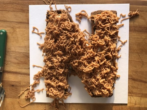 Recouvrez ensuite la chantilly avec des vermicelles de marrons disposés de manière aléatoire.