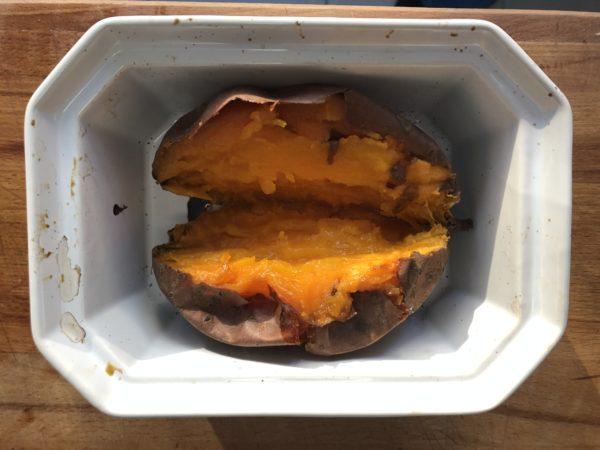 Au bout des 30 minutes de cuisson, ouvrez les patates douces en deux dans le sens de la longueur et farcissez les avec le mélange merguez-chèvre frais.