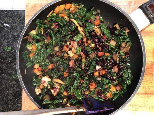 Ajoutez la carotte, le navet et le chou, mouillez avec le bouillon, couvrez et laissez cuire une quinzaine de minutes.